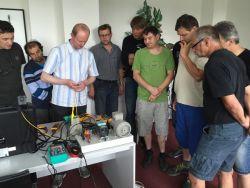 Simulace motoru ajak správně měřit. Jan Doležal, obchodní zástupce Blue Panther s.r.o., vysvětluje účastníkům principy měření.