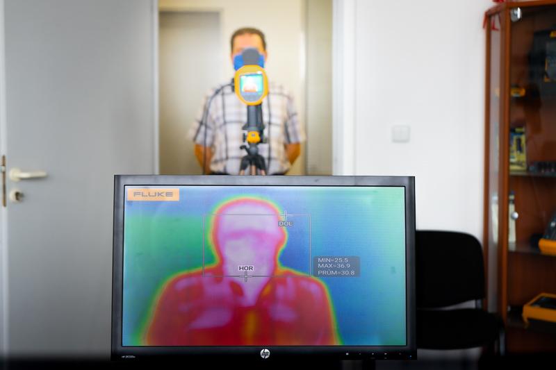 Termokamery pro bezkontaktní měření Teploty bezkontaktni_mĚreni_teploty_pri_vstupu_do_budovy.jpg