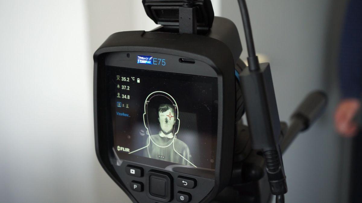Jak přesně měřit teplotu termokamerou vrámci prevence COVID-19? snimani_v_koutku_oka_-_flir_kamera.jpg